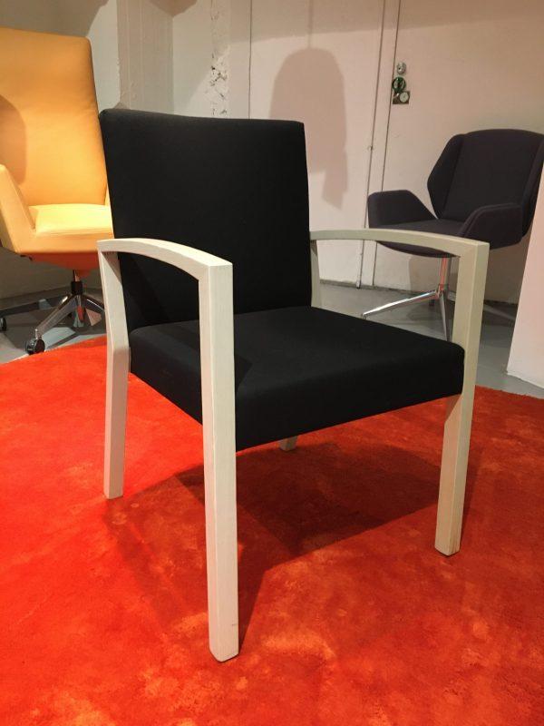 Wiesner-Hager S13 -tuoli käsinojilla, musta