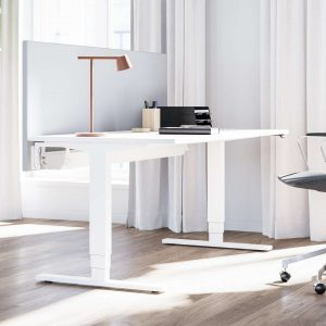 Valkoinen Pro Sähkötyöpöytä ja toimistotuoli toimistolla